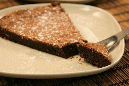 fondant au chocolat par Eloise : Il est légèrement croustillant sur le dessus et fondant à l'intérieur, il se mange à toute heure, au moment des petits creux, et accompagné d'une crème anglaise, il constitue un dessert très raffiné.....Ingrédients : sucre, beurre, farine, oeuf, chocolat noir