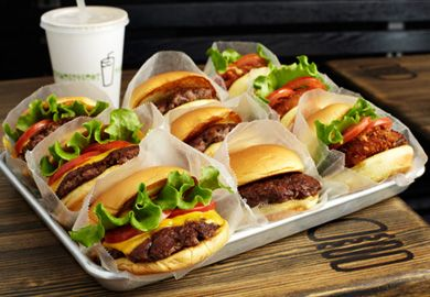 Famous for its juicy burgers and irresistible milk shakes, Shake Shack kis a great spot to catch a quick bite. With reasonable prices and a quick line, there's no reason not to walk to 215 Murray Street – especially because it's only a short distance from 7 World Trade Center!