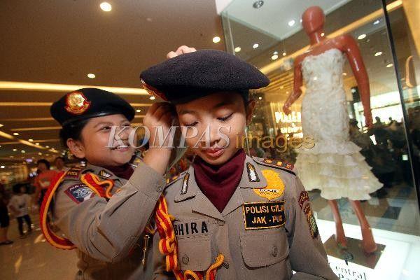 Eksebisi Polisi Cilik  Peserta eksebisi 'Polisi Cilik' berlatih di sebuah pusat perbelanjaan di Jakarta Barat sebelum mengikuti lomba, Sabtu (7/9/2013). Kegiatan tersebut digelar Polda Metro Jaya untuk menanamkan sikap disiplin sejak dini dan mencegah kejahatan pada anak.