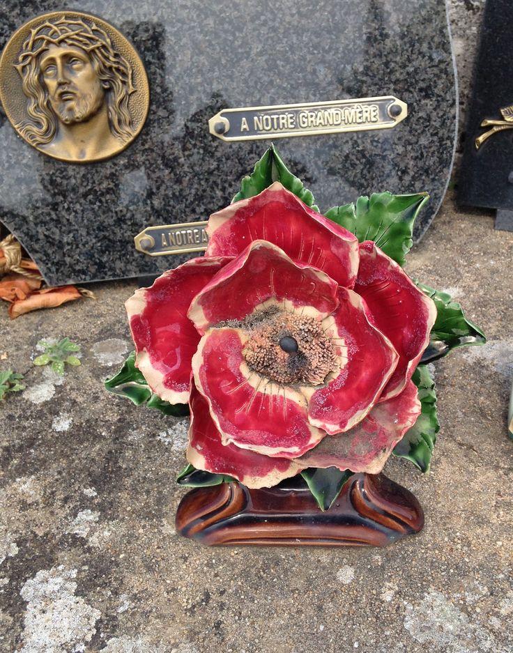 Beautifull Old Poppy Southern France July 2013 Prachtige oude klaproos Het is een Franse traditie om het graf te versieren met bloemen van keramiek. Deze bloemen blijven bloeien!