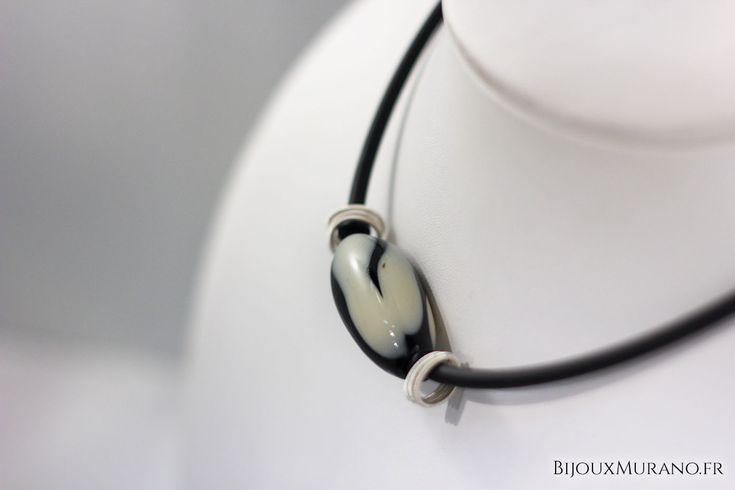 Collier Bulle Noir Et Crème  : Dans la lignée des bijoux modernes, ce collier bulle ovale en verre de Murano se mariera facilement avec vos tenues. #BijouxMurano #Noir #Blanc #Murano - bijouxmurano.fr