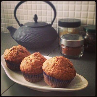 Muffin alle mele e fiocchi d'avena..... 240 gr. di farina integrale 1/2 bustina di lievito 80 gr. di zucchero 2 cucchiaini di cannella 1 pizzico di sale 150 ml. di latte 100 ml. di olio di semi di mais 2 uova 1 mela a pezzettini 75 gr. di fiocchi d'avena...