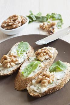 Crostini con gorgonzola, noci e rucola