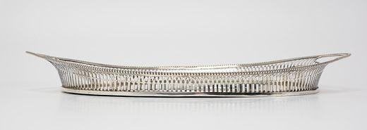 Spitsovaal zilveren blad met ajour opstaande toogrand, parelrand en geïntegreerde handgrepen - J. Postmus, Amsterdam (1905/1955) - 1913 - gehalte 0.835 - 810 gram - l. 42, b. 25 cm