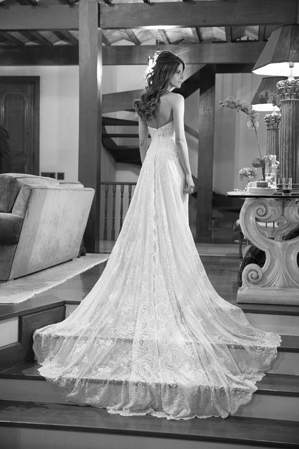 Vestido de noiva clássico - tomara que caia com cauda de renda ( Foto: Cissa Sannomiya | Vestido: Alba Eloisa )