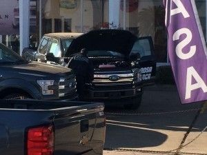Balacera en Parral dejó daños en autos nuevos de agencia Ford | El Puntero