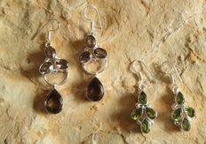 Twee paar zilveren oorbellen met rookkwarts en peridoot