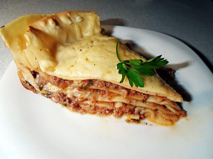 Лазанья | Хотя само название блюда происходит от греческого слова «ласана», что означает «горячие пластины», это блюдо всегда было и остается традиционным рецептом итальянской кухни. Существует много вариантов этого вкусного и очень сытного блюда, но самой традиционной и популярным является лазанья «Болоньеза». В этом блюде используется строго определенный набор ингредиентов, но мы немного отступимся от рецепта, но при этом приготовим не менее вкусную оригинальную лазанью.