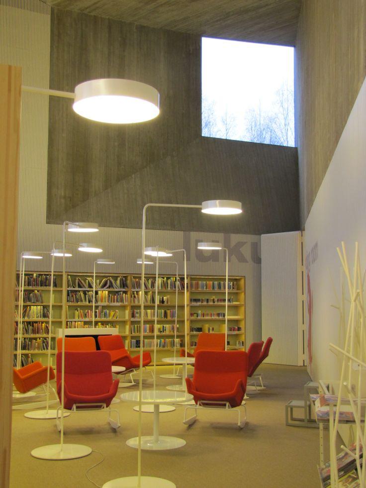 Keinutuoleissa on mukava lueskella / Rocking chairs for comfortable reading