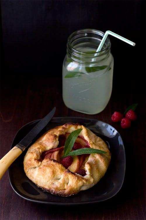 Tarte rustique aux pêches, framboises et sirop de verveine citronnelle et limonade à la verveine | Christelle is Flabbergasting