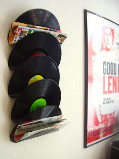 PORTA-MÚSICA | sabia que basta aquecer o LP com um secador de cabelos e dobrá-lo, enquanto ainda está quente, para que ele fique neste formato? Repita em quantas unidades desejar e fixe-os na parede com fita-banana! #TecnisaDecor #DiadoMúsico #Inspire-se #Tecnisa Foto: CasaAberta