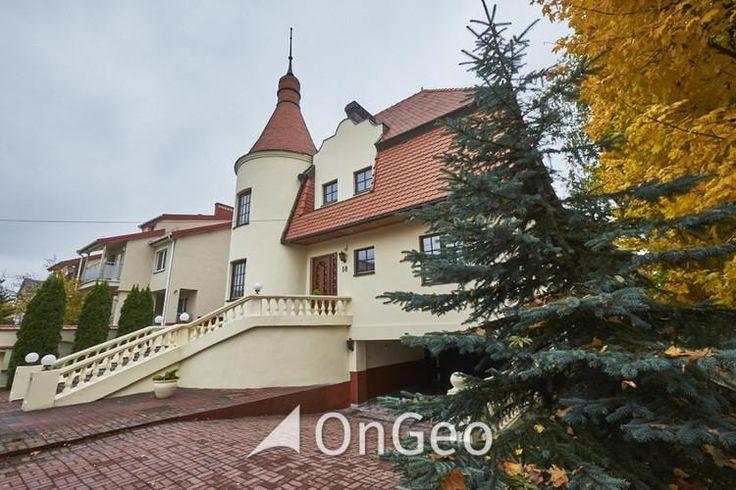 Dom na sprzedaż Położony jest na dużej działce o powierzchni 1027 m2 znajdującej się 600 m od Pałacu w #Wilanowie. Posiadłość wybudowana w 1994 roku jest idealną propozycją dla osób szukających eleganckiej nieruchomości. Idealna propozycja dla ludzi ceniących sobie komfort i wygodę.