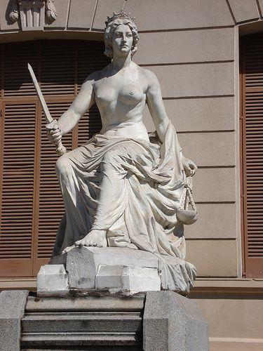 """estatua """"La Justicia"""" realizada por la artista Lola Mora. ubicada en frente a Casa de Gobierno de Jujuy. Argentina"""