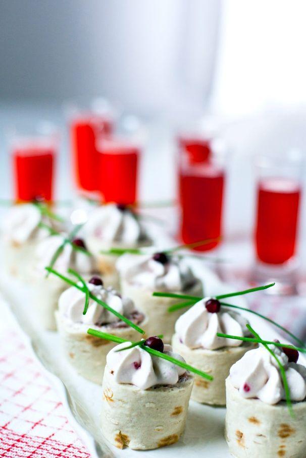 Med typiskt nordiska smaker bjuder du på julens godaste snaps och tilltugg. Har du svårt att få tag i viltkött går det bra att använda nötkött eller rökt skinka. Styrkan i pepparroten kan variera, smaka av så att du får så starkt du önskar. Ur: Snaps/Kakao förlag Foto och recept: Cecilia Vikbladh 4 portioner 200 […]