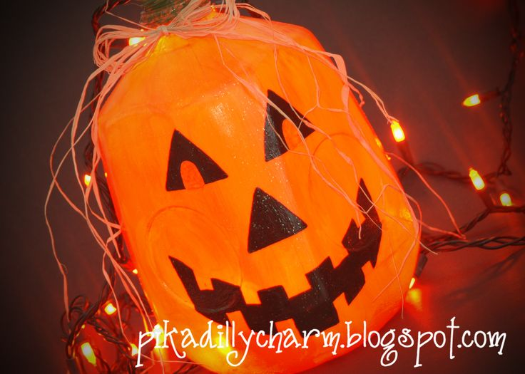 Milk Jug Jack O Lantern by http://pikadillycharm.blogspot.com/search/label/Halloween%20Crafts. #MilkJugs #halloween