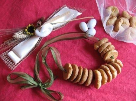 Zuccherini bolognesi, i biscotti tipici dei matrimoni in Emilia Romagna | Ricette di ButtaLaPasta500 grammi di farina bianca 2 uova 200 grammi di zucchero 200 grammi di burro a temperatura ambiente Mezza bustina di lievito per dolci 2 cucchiai di zucchero a velo per la copertura Preparazione