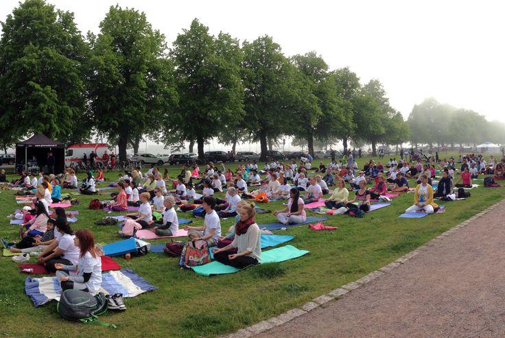 The first international Yoga Day in Helsinki, 2015, in the middle of the fog and sunshine - Ensimmäinen joogapäivä Helsingissä, vuonna 2015, keskellä sumun ja auringon