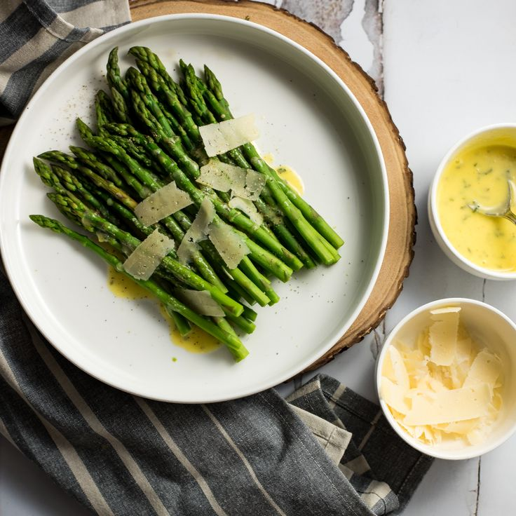 Steamed Asparagus with Ghee Béarnaise Sauce is the perfect side dish for Sunday dinner, especially Easter Sunday dinner! It's super simple and delicious!