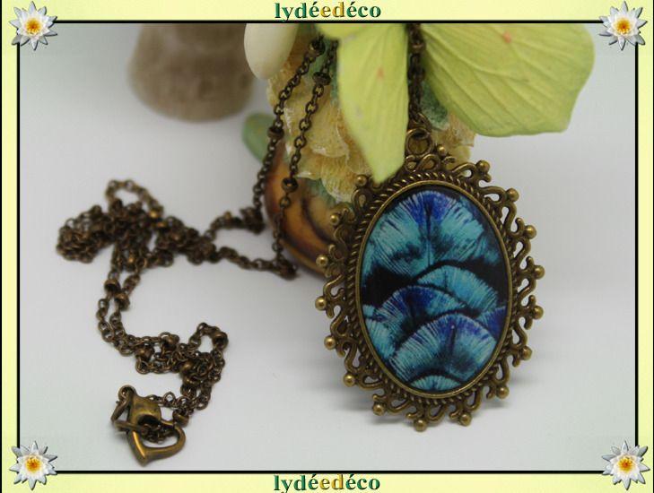 Collier medaillon vintage Plume bleu turquoise noir en resine et laiton 25mm : Collier par lydeedeco