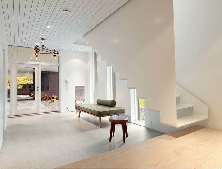 OMVENDT C. Under et opphold som gjesteprofessor på Cornell i New York ifjor fikk han ideen til trappen i kryssfinér som ser ut til å henge løst over gulvet i hallen og som fortsetter som en bøyd C til etasjen over.
