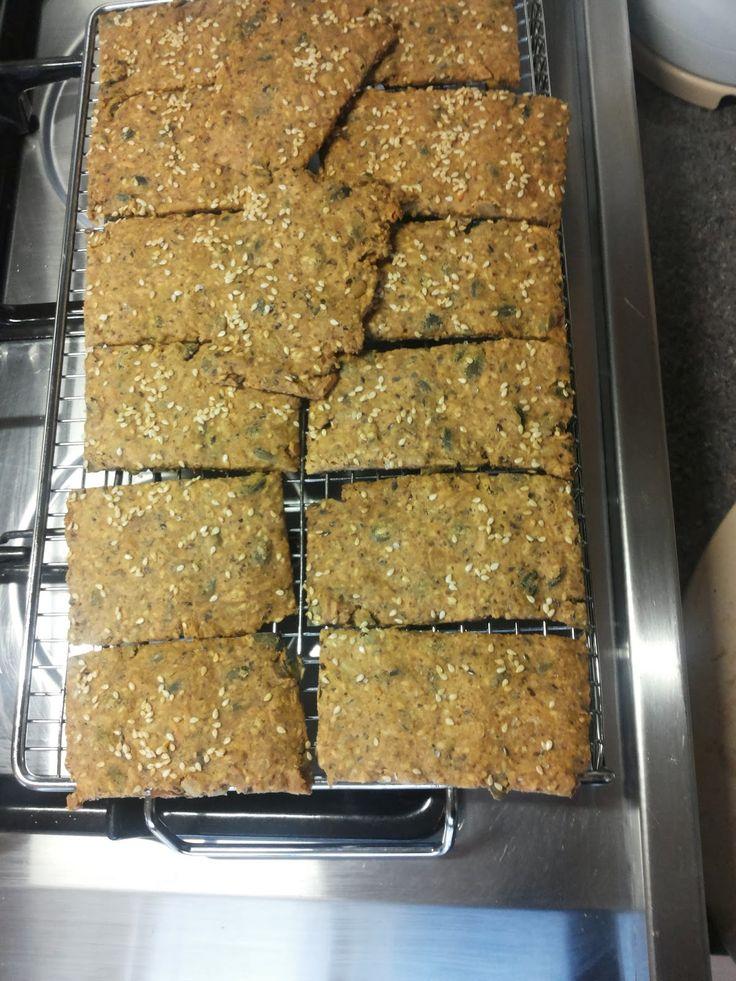 gezond smullen: Crackers van pitten, noten en lijnzaad, meel vervangen door Amandelmeel als je dát wilt