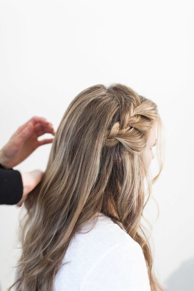 Creating a side braid: http://www.stylemepretty.com/living/2015/05/14/romantic-side-braid/ | Photography: Ruth Eileen - rutheileenphotography.com
