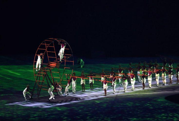 Artistas participantes en la ceremonia inaugural de apertura de los Juegos Olímpicos de Río 2016 en el estadio de Maracaná el 5 de agosto.