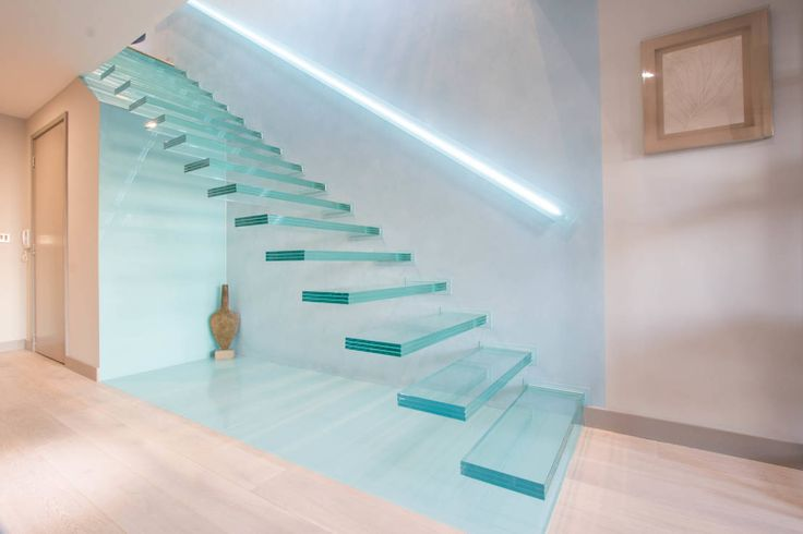​A single-flight cantilever staircase crafted in toughened, laminated glass : Modern corridor, hallway & stairs by Railing London Ltd