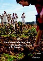 Buchtipp Gemeinsam auf dem Acker. Solidarische Landwirtschaft in der Schweiz. AT Verlag. SOLAWI