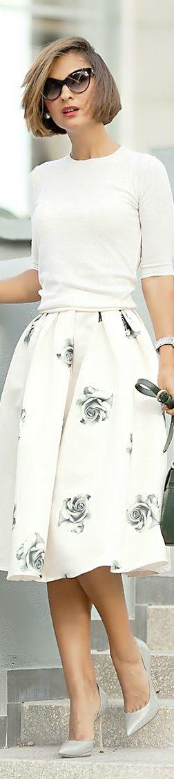 Jupe bouffante blanche motifs rose grise, fleurs, haut blanc col rond, lunettes de soleil, escarpin pointu gris, Street Style
