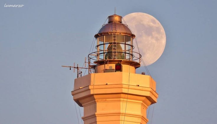 Salento, dietro al faro spunta una luna gigante-Santa Maria di Leuca