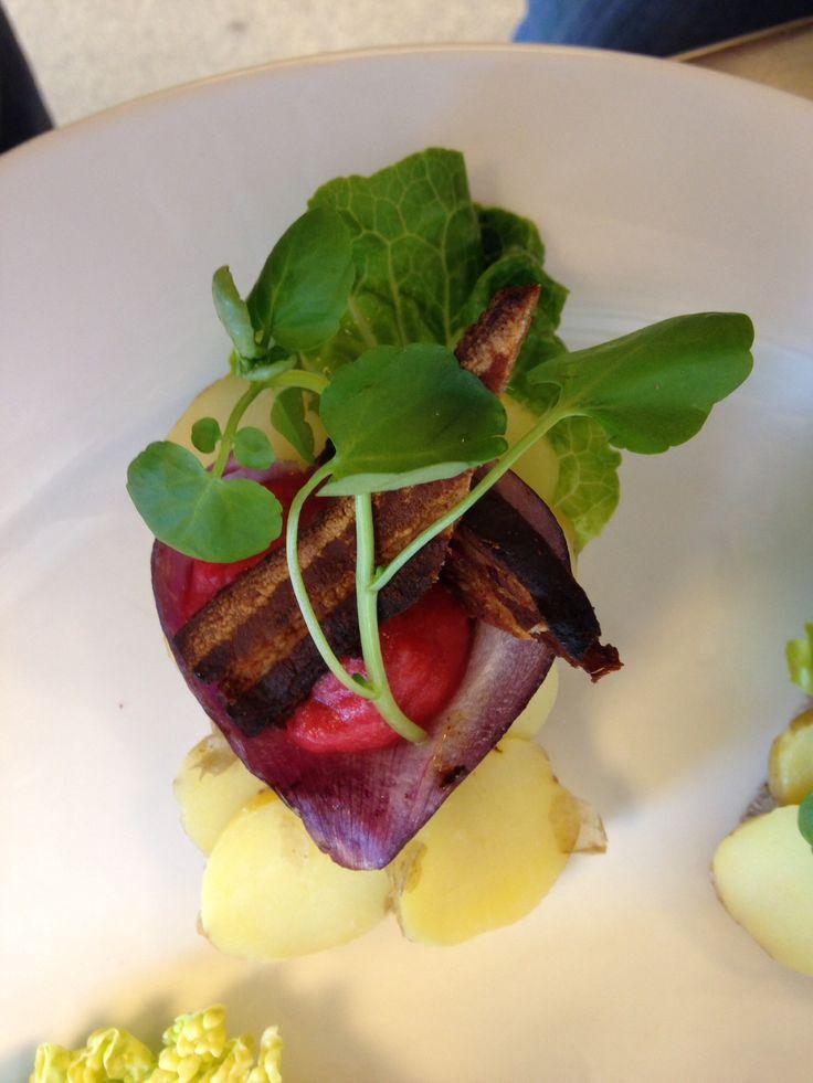 Kartofler mad med rødløg, rødebedemos, bacon og brønkarse