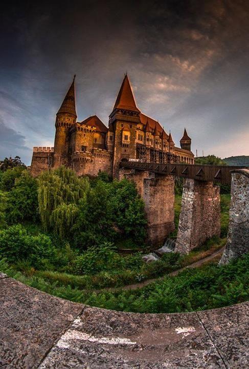 Castelul Corvinilor în Top 10 Castele desprinse din Povești realizat de Huffington post. *  Suntem mândri de el dar câți dintre noi îi știm povestea? Dacă suntem întrebați de un străin care este istoria castelului, ce răspundem oare?