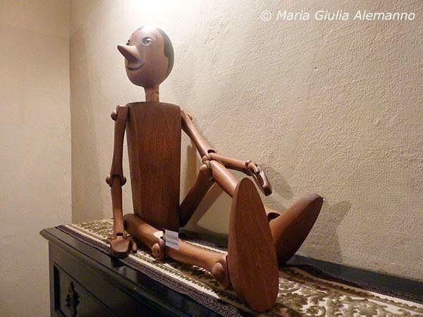 Pinocchio in posa sul pianoforte di Villa Vidua - MARIA GIULIA ALEMANNO sempre più LiberaMente: PINOCCHIO A VILLA VIDUA di CONZANO: IMMAGINI DI UNA MOSTRA - Seconda parte