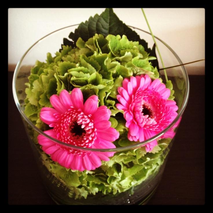 Groene hortensia met roze gerbera's.