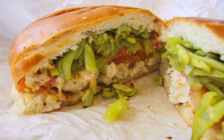 Chacarero, Şili Yuvarlak ekmek içine ince dilimlenmiş dana biftek ile domates, taze fasulye ve chilli biber ile yapılan Chacarero, fasulyeyi seven ve sandviç içinde de denemek isteyenler için çok ilginç ve leziz bir tercih olabilir.