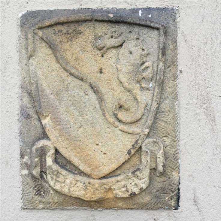Wappen der Besatzer auf dem Sockel des Genius