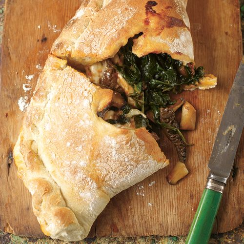 Deze klassieker kent iedereen. Je vult het deeg met paddenstoelen, knoflook, tijm en spinazie: een smaakvol feestje op je bord!Ik heb zo'n zin in een pizza Calzone...    1. Maak om te beginnen het pizzadeeg. Verwarm de oven op de hoogste...
