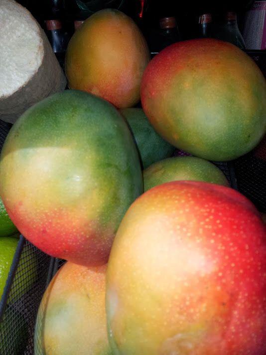 Riquísimos mangos verdes y maduros.