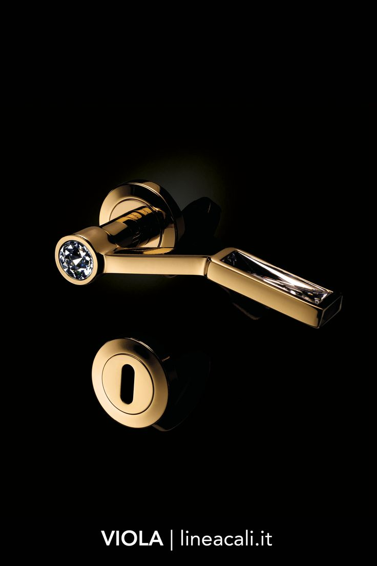 Viola | Unusual and unexpected lines form the silhouette of this very remarkable collection that is made even more exclusive by the Swarovski® crystals - - - Linee insolite e inaspettate disegnano la silhouette di questa particolarissima collezione, resa ancora più esclusiva da cristalli Swarovski®. #handles #doorhandle #doorhandles #lineacali #maniglie #gold #swarovski #crystal #luxury #brass #klamki #ручки #manillas #klinken