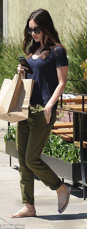 Casualmente elegante: Demostrando que tiene el factor de TI, el jugador de 28 años de edad, logró mirar glamoroso en un par de chanclas, pantalones caqui y una marina arrugada camiseta