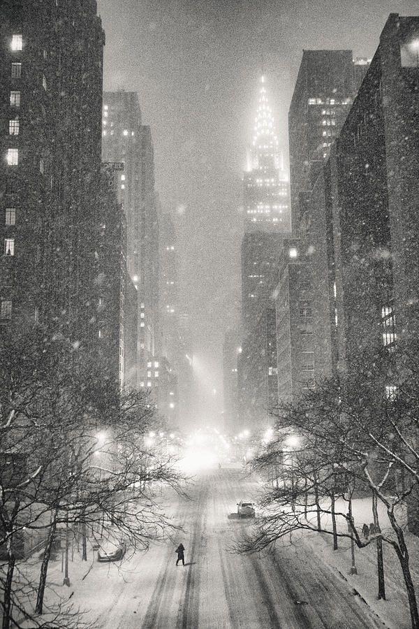New York City Winterabend Mit Blick Auf Das Chrysler Gebaude Von Vivienne Gucwa New York Wallpaper New York Winter Winter Photography