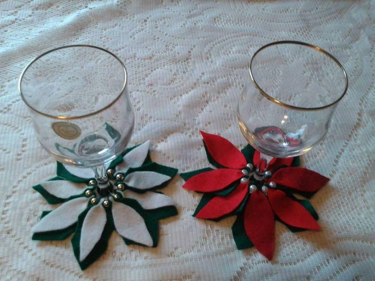 flores de noche buena en blanco y rojo, de fieltro con perla. Para decorar las copas en la cena de Navidad y año nuevo.