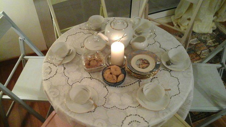 Tα vintage πιάτακια του γλυκού ήταν της γιαγιάς της Τιτίκας και το σερβίτσιο του τσαγιού της γιαγιάς της Εύας, πράγματα που θα είναι αργότερα σίγουρα της Εύας μου!