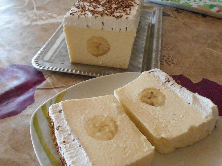 Hozzávalók 6 személyre: Hozzávalók: 50 dkg túró2 csomag vaníliás cukor1 csomag étkezési zselatin20 dkg cukor4 dl tej2 db banántetejére:200 ml...