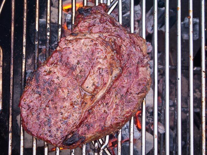 Met de volgende aanwijzingen zou het volgens ons moeten lukken om een perfecte steak te grillen.