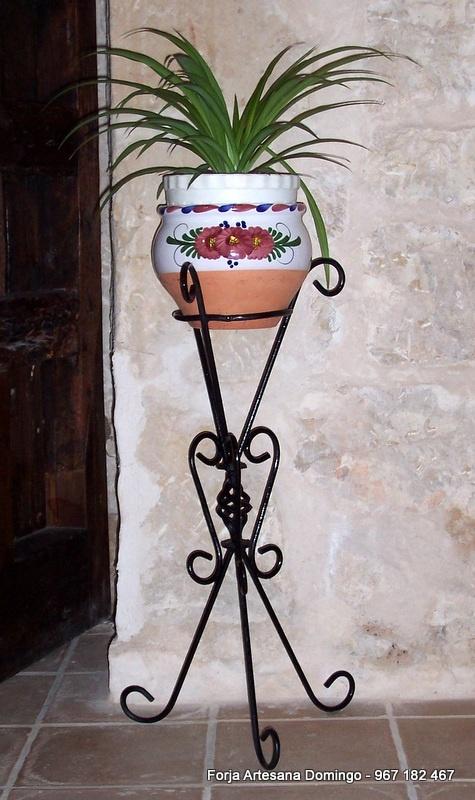 Macetero artesano con adornos de forja hecho a mano de forma artesanal.