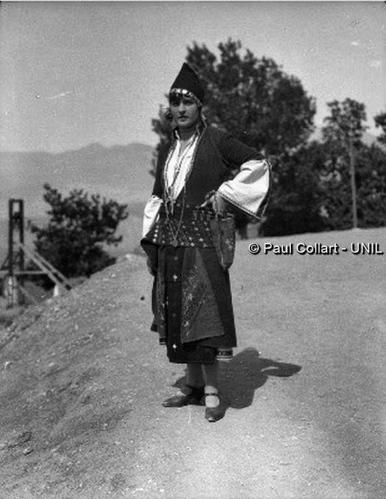 Δελφοί, γυναίκα με παραδοσιακή ενδυμασία Μακεδονία Paul Collart 1926 έως 1938. L'espace audiovisuel et multimédia de l'Université de Lausanne