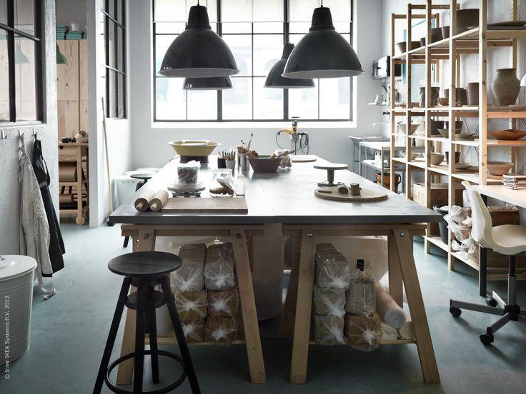 LINNMON bordsskiva i grått, FINNVARD benbockar, FOTO taklampa.
