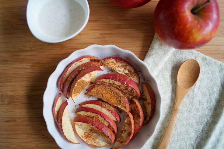 Bagte æbler med kanel, en sød dessert uden brug af sukker. Æbleskiverne er strøget med kanel, bagt i ovnen og serveret med kold græsk yoghurt til.